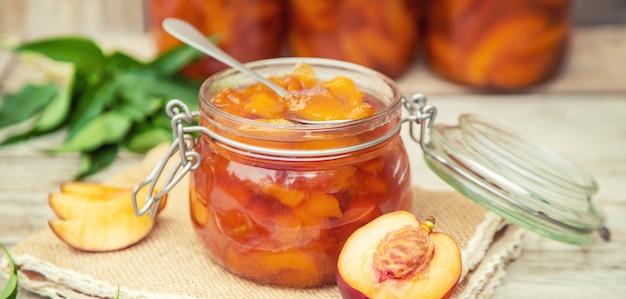 Konserwacja dżemu nektarynowego. selektywne ustawianie ostrości. jedzenie.