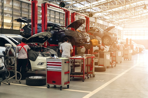 Konserwacja samochodu pracującego mechanika