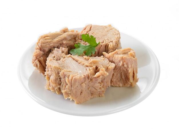Konserwować tuńczyk ryba w talerzu na biel powierzchni