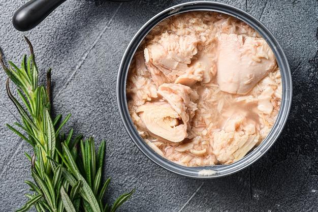 Konserwowana puszka z tuńczykiem
