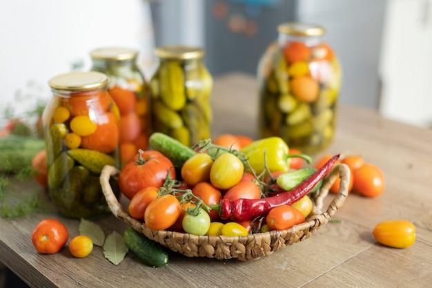 Konserwowanie pomidorów i ogórków, zbiory solone w słoikach