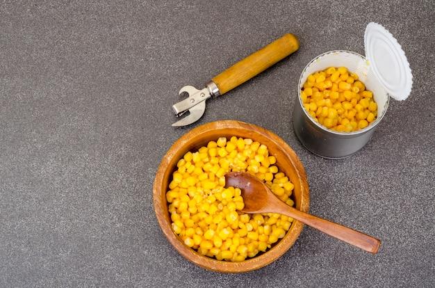Konserwy dojrzałe żółte słodkie kukurydza w słoiku.