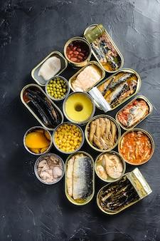 Konserwy konserwowe w blaszanych puszkach ze świeżymi organicznymi składnikami saury makrela