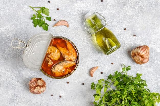 Konserwy rybne w puszkach: łosoś, tuńczyk, makrela i szproty.
