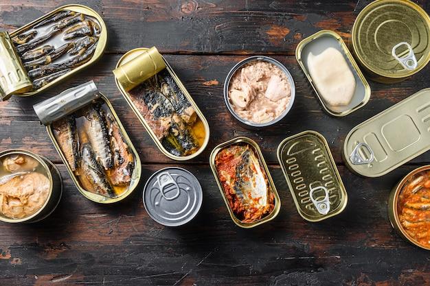 Konserwy rybne w puszkach z różnymi rodzajami owoców morza