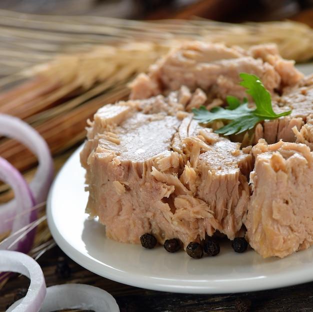 Konserwy z tuńczyka w talerzu