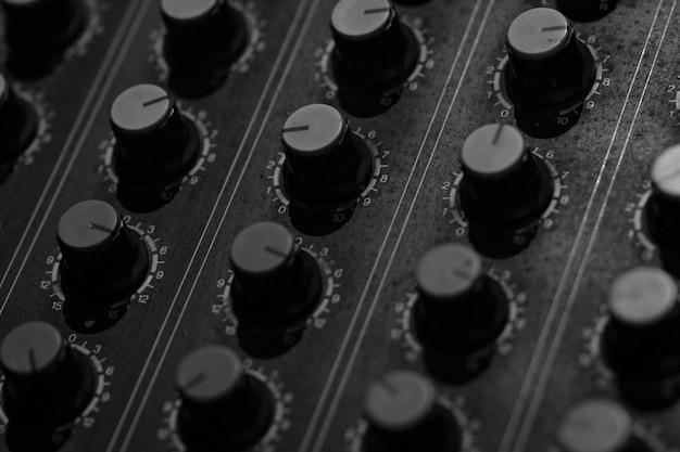 Konsola miksera dźwięku. biurko do miksowania dźwięku. panel sterowania miksera muzycznego w studio nagrań. konsola miksująca audio i pokrętło regulacyjne. inżynier dźwięku. mikser dźwięku steruje transmisją radiową.