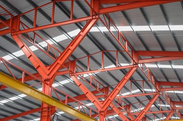 Konstrukcja belki stalowej dachu w fabryce przemysłowej, tło sufitu fabrycznego z jednym lekkim blubem