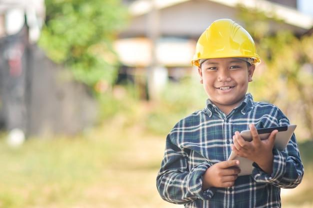 Konstrukcja boy engineer wypełnij szczęśliwy uśmiech zabawa w akcji inżynieria żółty kask