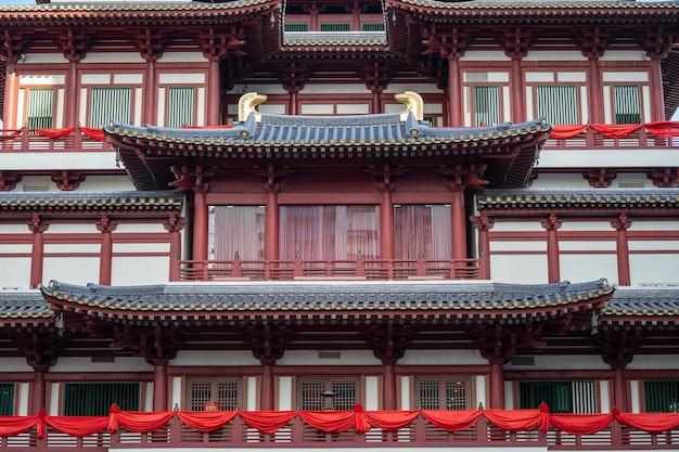 Konstrukcja dachu świątyni i muzeum the buddha tooth relic, chinatown, singapur. to chińska architektura świątyni, która jest popularną atrakcją i znajduje się w chińskim mieście singapurze