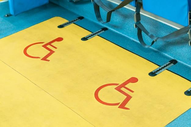 Konstrukcja fotelika dla osób niepełnosprawnych w autobusie, symbol miejsca na wózek inwalidzki z priorytetem, ul