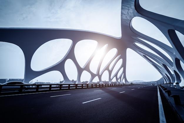 Konstrukcja mostowa współczesnej architektury miejskiej