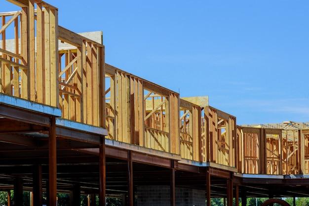 Konstrukcja szkieletowa budynku z drewna na nowej konstrukcji szkieletowej nowego domu w budowie