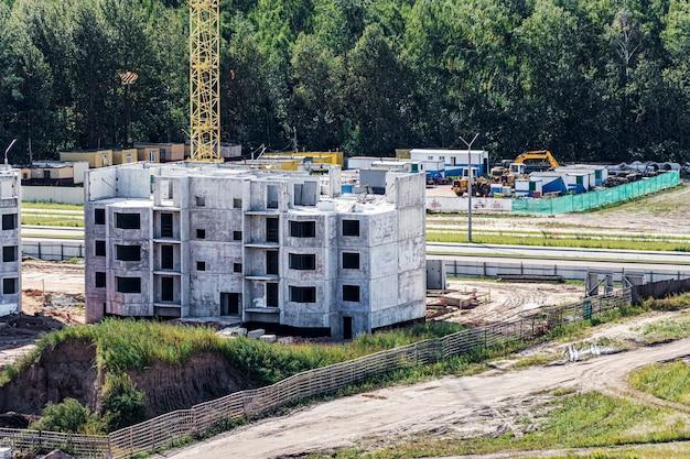 Konstrukcja szkieletowa monolityczna budynku. solidne ściany z betonu. ramy ścian. szalunki do ścian z betonu. plac budowy z bliska.