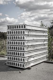 Konstrukcja z płyty betonowej.