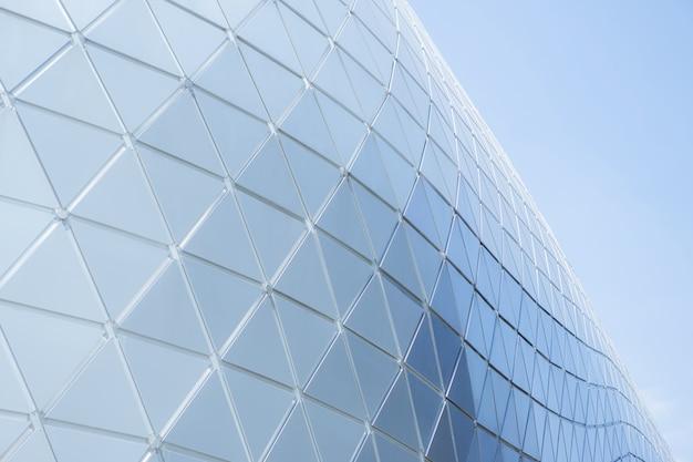 Konstrukcje budowlane geometria trójkąta aluminiowego na fasadzie nowoczesnej architektury miejskiej