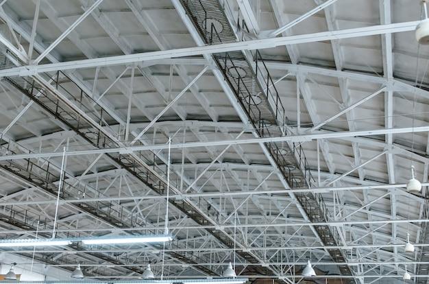 Konstrukcje metalowe. duży dach hangaru, gospodarstwo
