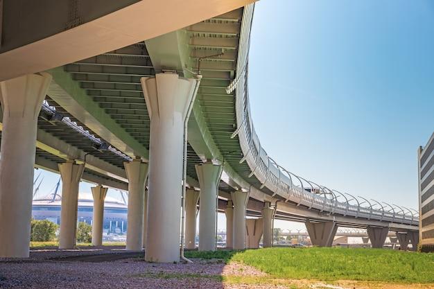 Konstrukcje metalowe pod mostem, szczegóły zachodniej średnicy szybkiej w sankt petersburgu konstrukcje metalowe pod mostem, szczegóły zachodniej średnicy szybkiej w sankt petersburgu
