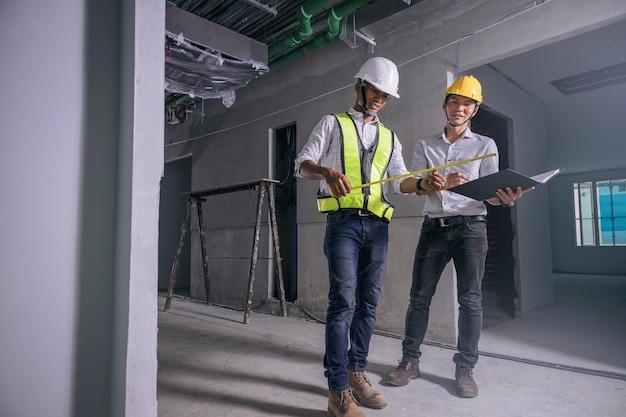 Konstruktor elektryków liniowych i inżynier pracujący przy okablowaniu wewnętrznym na placu budowy