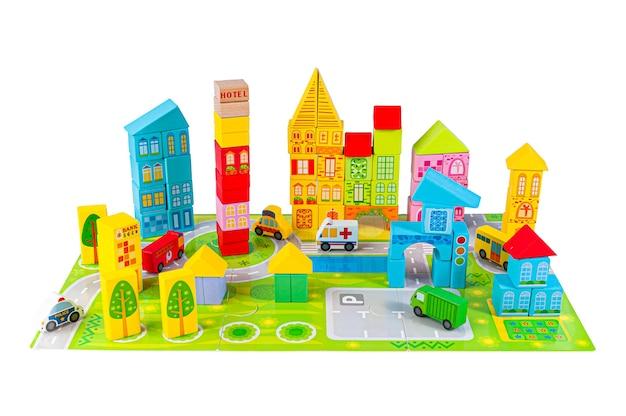Konstruktor miasta puzzle. buduj samochody i domy. materiał to drewno. zabawka edukacyjna montessori. białe tło. zbliżenie.