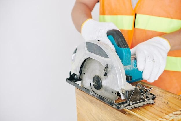 Konstruktor tnący drewnianą deskę