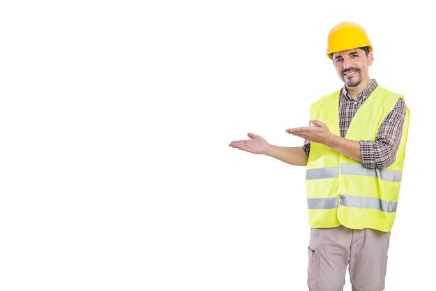 Konstruktor w kasku i kamizelce odblaskowej na białym tle