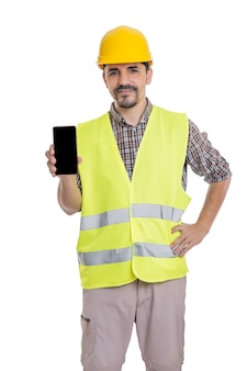 Konstruktor w mundurze stojącym ze smartfonem na białym tle