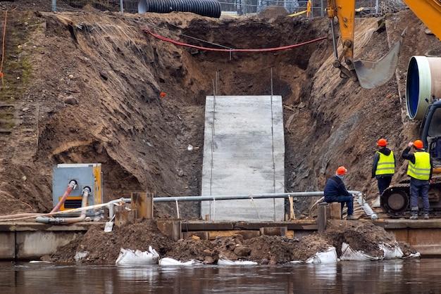 Konstruktorzy pracujący na fundamencie budowlanym
