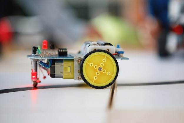 Konstruktorzy robotów z klocków na kółkach