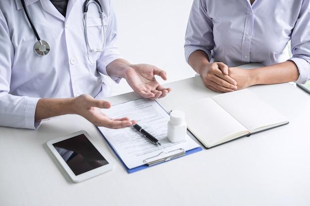 Konsultacja lekarska z pacjentem i sprawdzenie stanu chorobowego przy przedstawianiu wyników diagnoza symptomy badanie problemu choroby i zalecenie metody leczenia, opieki zdrowotnej i medycznej
