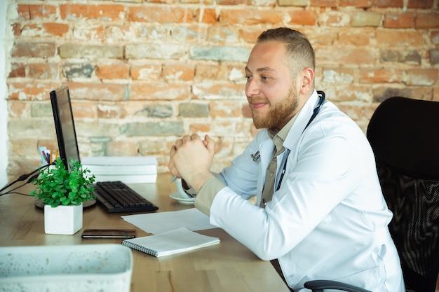 Konsultacja lekarza rasy kaukaskiej dla pacjenta pracującego w gabinecie
