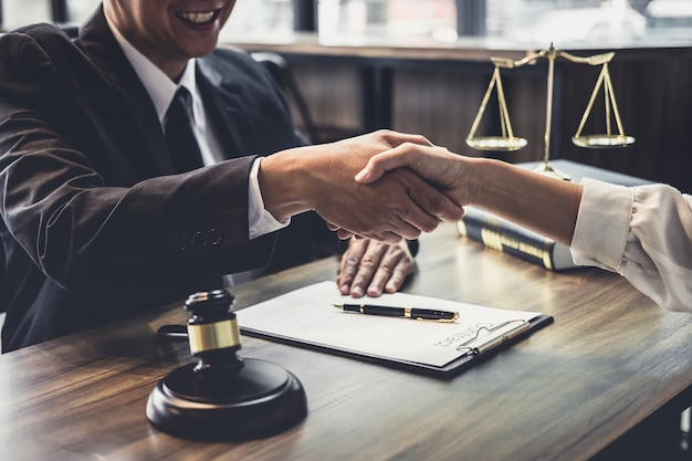 Konsultacja między męskim prawnikiem a klientem biznesowym