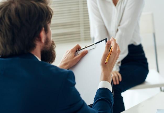 Konsultacja z asystentem psychologii komunikacyjnej mężczyzny i kobiety. wysokiej jakości zdjęcie