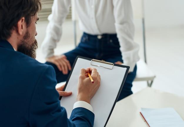 Konsultacja z asystentem psychologii komunikacyjnej mężczyzny i kobiety