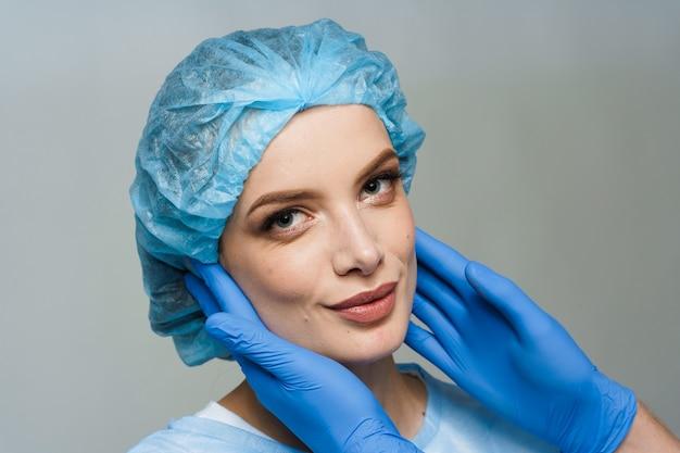 Konsultacja z chirurgiem plastycznym na białej powierzchni