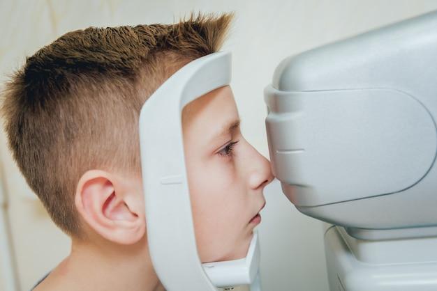 Konsultacja z okulistą. badanie wzroku w klinice.