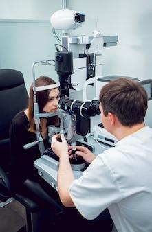 Konsultacja z okulistą. wyposażenie medyczne. coreometry.