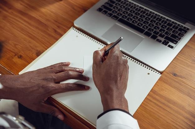 Konsultacje lekarskie dla pacjenta, praca z laptopem