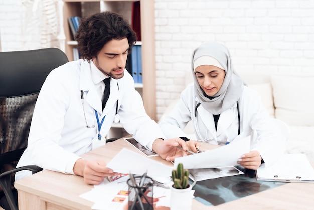 Konsultacje medyczne pediatrzy lekarze w szpitalu.