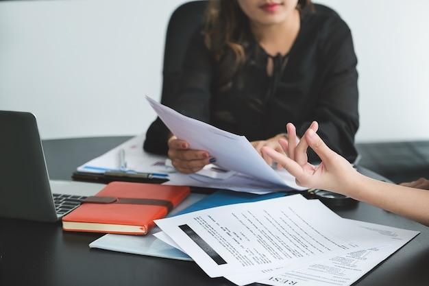 Konsultant biznesowy opisuje plan marketingowy, który ma na celu ustalenie strategii biznesowych dla kobiet-właścicielek firm.
