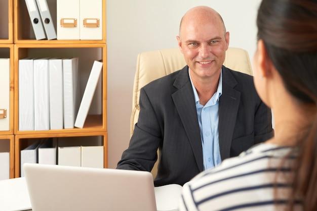 Konsultant biznesowy współpracujący z klientem