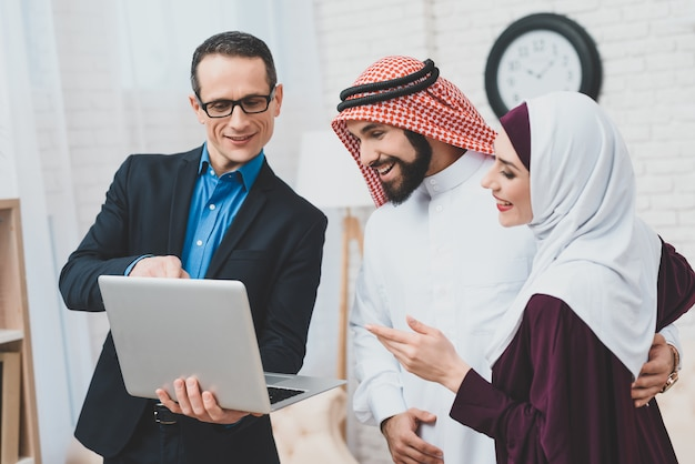 Konsultant biznesowy z laptopem z bogatej rodziny arabskiej.