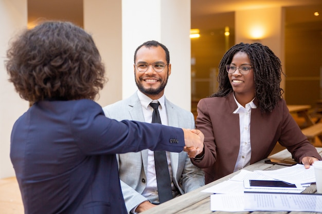 Konsultant dziękujący klientowi za pomoc