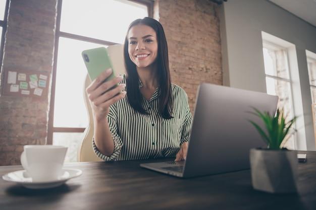Konsultant dziewczyna czyta sms na telefon w biurze