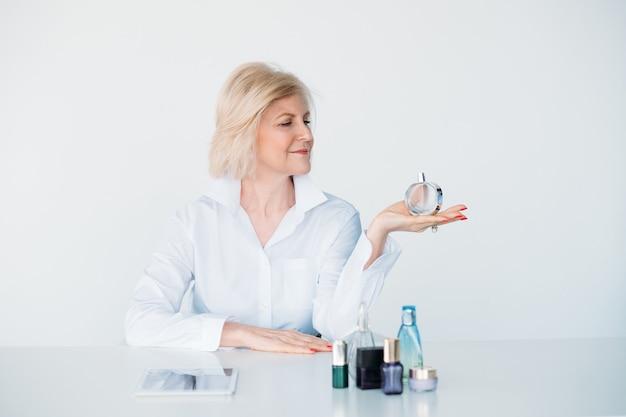 Konsultant kosmetyczny. recenzje perfum. bloger w wieku