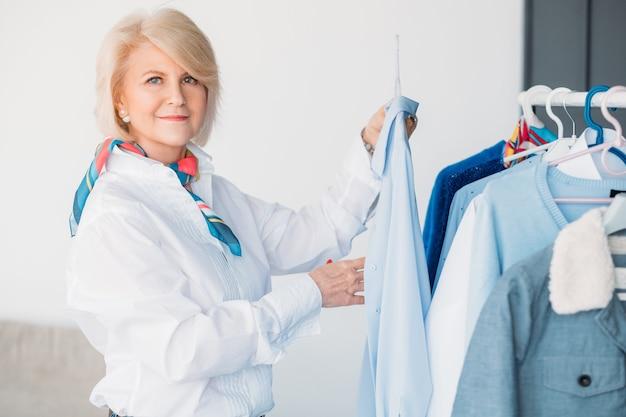 Konsultantka ds. trendów w modzie. osobisty stylista. w wieku piękna kobieta