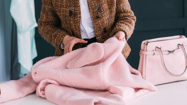 Konsultantka Mody W Salonie. Starszy Modna Kobieta. Osobisty Stylista W Pracy Premium Zdjęcia
