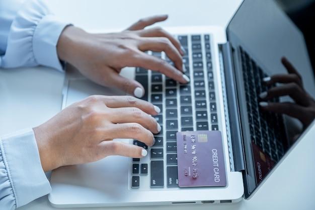 Konsumencka kobieta ręcznie korzysta z laptopa gotowa do makiety wydatków na kartę kredytową zapłać finanse online zakupy