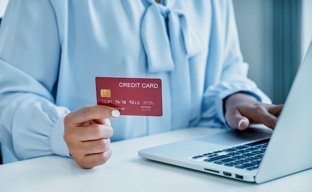 Konsument kobieta ręka trzyma makieta karta kredytowa gotowa do wydania zapłacić online finanse zakupy