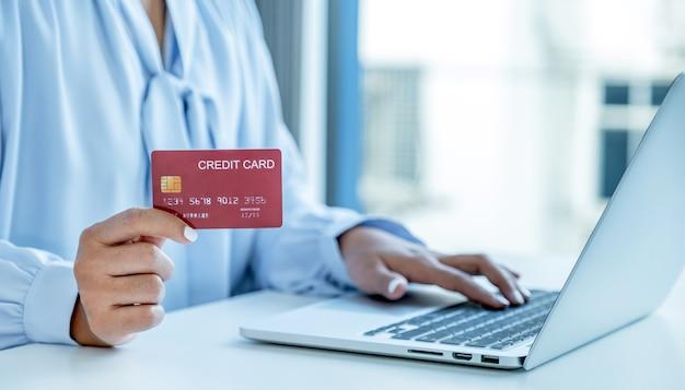 Konsument Kobieta Ręka Trzyma Makieta Karta Kredytowa Gotowa Do Wydania Zapłacić Online Finanse Zakupy Premium Zdjęcia